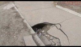 Крупная яма на тротуаре появилась по улице Зурабова в седьмом А микрорайоне